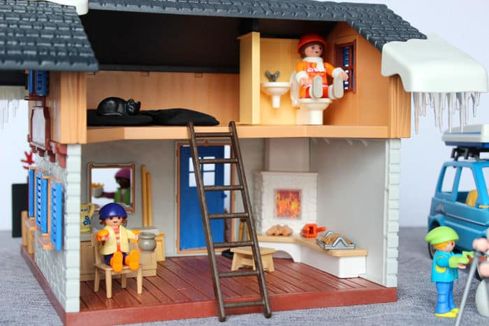 i love the way all the pieces go so perfectly together and really create the atmosphere of a working ski village - Playmobil Ski